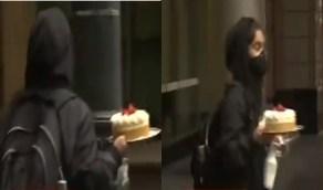 """مقطع طريف لمتظاهرة أمريكية تركت المجوهرات والهواتف وسرقت """" كعكة """""""