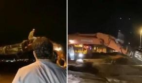 قائد مُعدة حفر ثقيلة ينقذ رجلا من سيول الباحة في مشهد بطولي (فيديو)