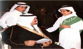 صورة نادرة للملك فهد بن عبدالعزيز مع نجله أثناء احتفالات مدارس الرياض