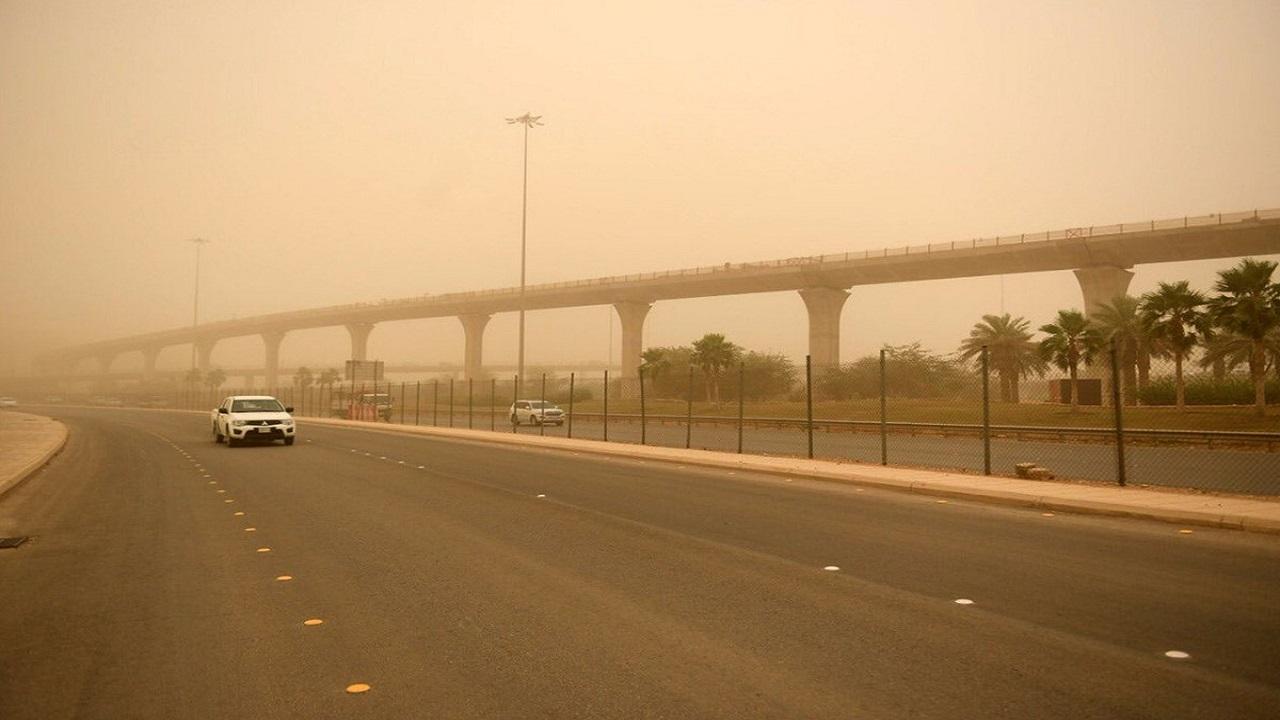 تحذير من موجة غبار كثيفة ضربت طريق الطائف -الرياض