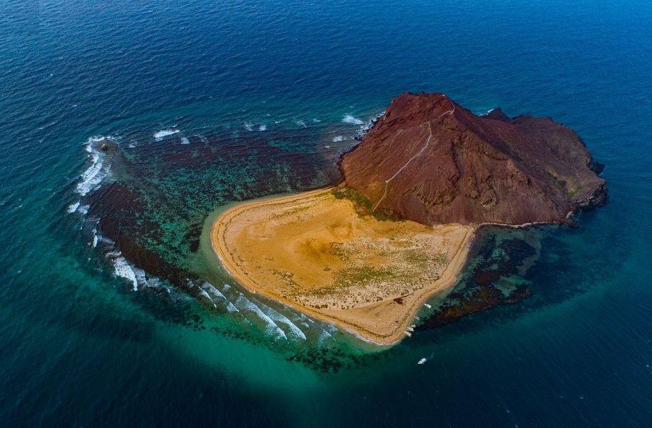 """""""كدمبل"""".. الجزيرة الساحرة على شواطىء عسير"""