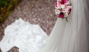 شاهد.. عروس تتجاهل تواجدها في حفل زفافها وتمارس عملها