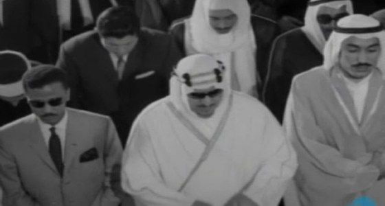 صورة نادرة للملك سعود بين أبنائه في صلاة الجمعة باليونان