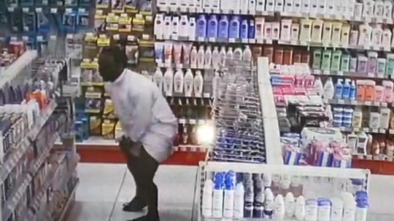 بالفيديو.. لص يسرق المول ويخبيء المسروقات بملابسه الداخلية