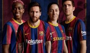 بالفيديو.. فريق برشلونة وعلى رأسه ميسي يستعرض القميص الجديد