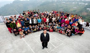 رجل لديه 39 زوجة يتحول قصره إلى مزار سياحي