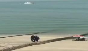 شاهد.. رد فعل رجلي أمن مع فتاتين بملابس فاضحة على الشاطئ
