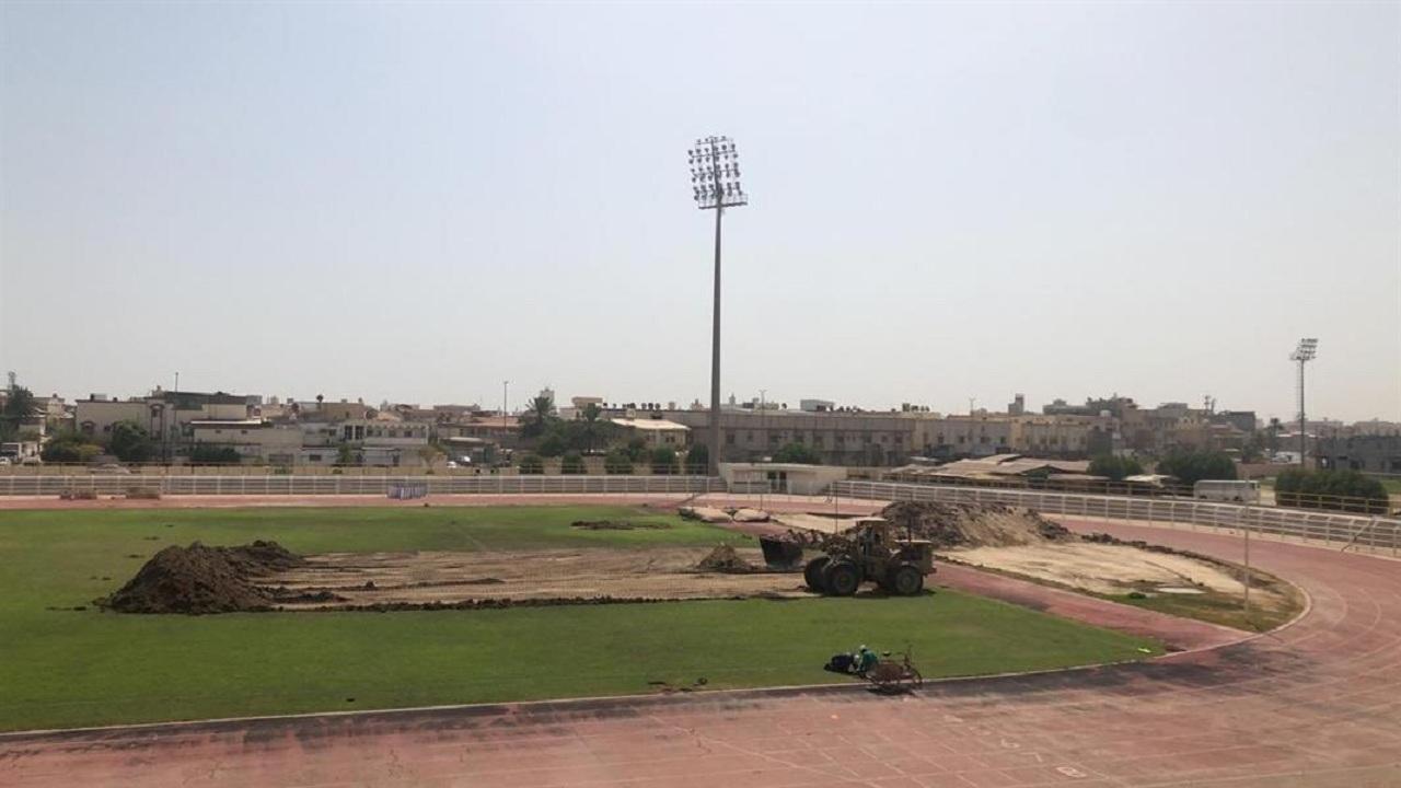 نادي الخليج يبدأ خطوات تطوير ملعب كرة القدم بإزالة أرضيته