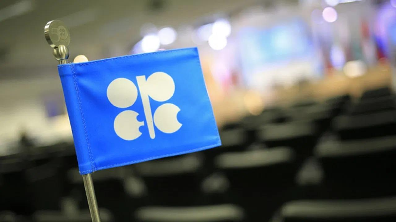 أوبك تستعد لتخفيف تخفيضات النفط