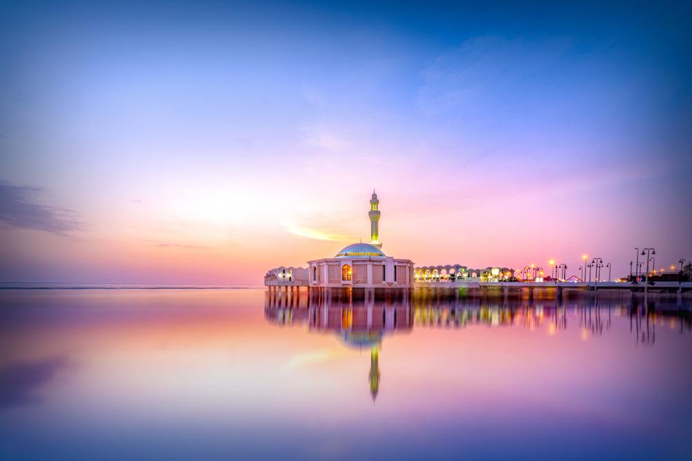 المسجد العائم بجدة يزداد جمالا وقت الغروب
