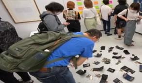 شاهد.. معرض فني  يساعد زواره على سرقة محتوياته