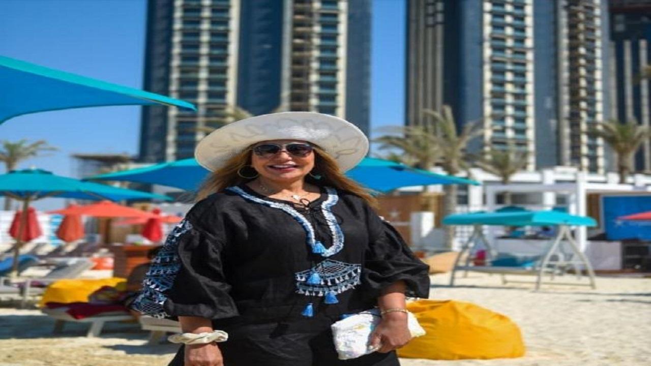 ليلى علوي تشارك متابعيها صورها بملابس البحر