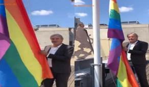 السفير الهولندي في تركيا يرفع شعار المثليين أعلى مبنى السفارة