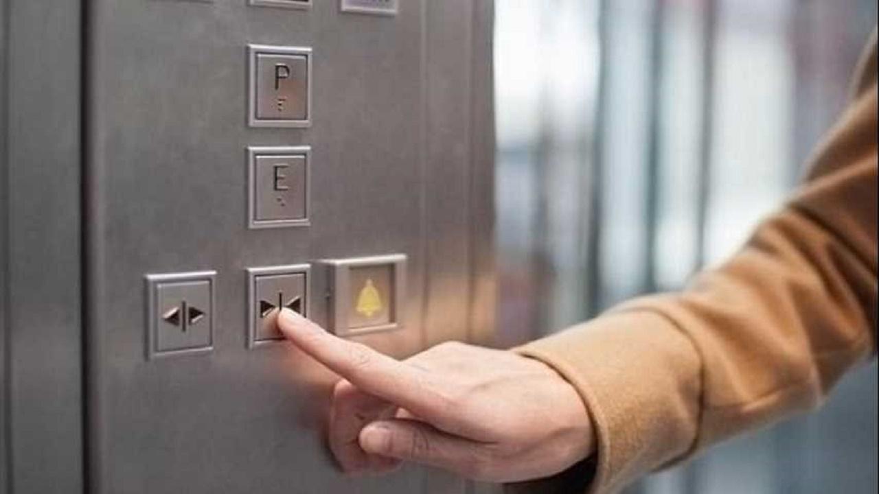 زر مصعد ينقل فيروس كورونا لـ 71 شخصا