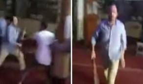 شاهد.. لحظة هجوم شخص بعصا على المصلين في مسجد