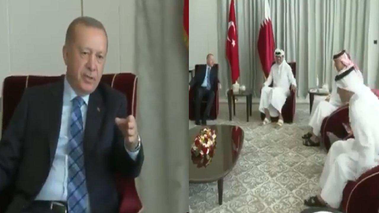 شاهد.. إشارة مُهينة من أردوغان خلال اجتماع بالمسؤولين القطريين