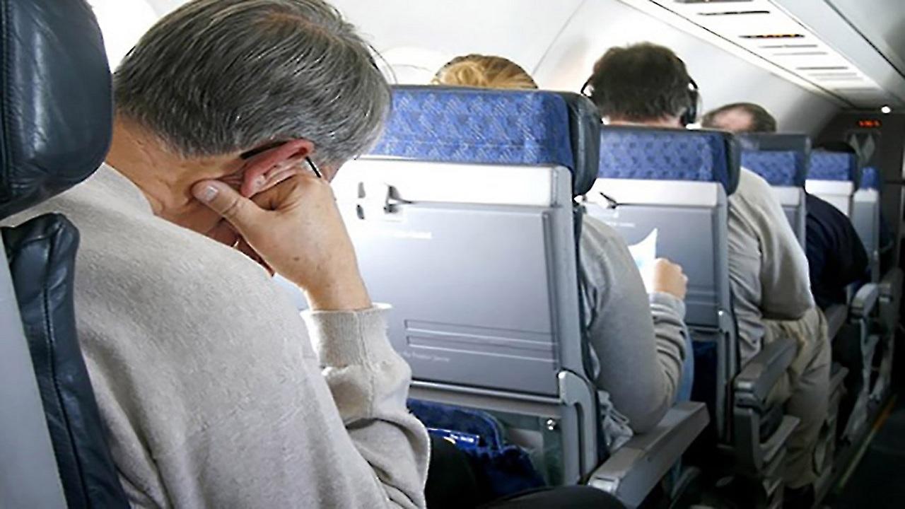 خطورة النوم في الطائرة