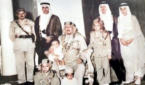 صورة نادرة للملك سعود بالملابس العسكرية برفقة أبنائه
