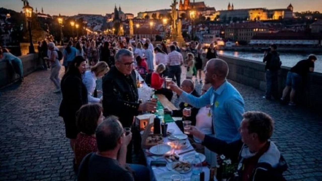بالفيديو.. التشيك تحتفل بإنتهاء «كورونا» بمأدبة عشاء بطول 500 متر