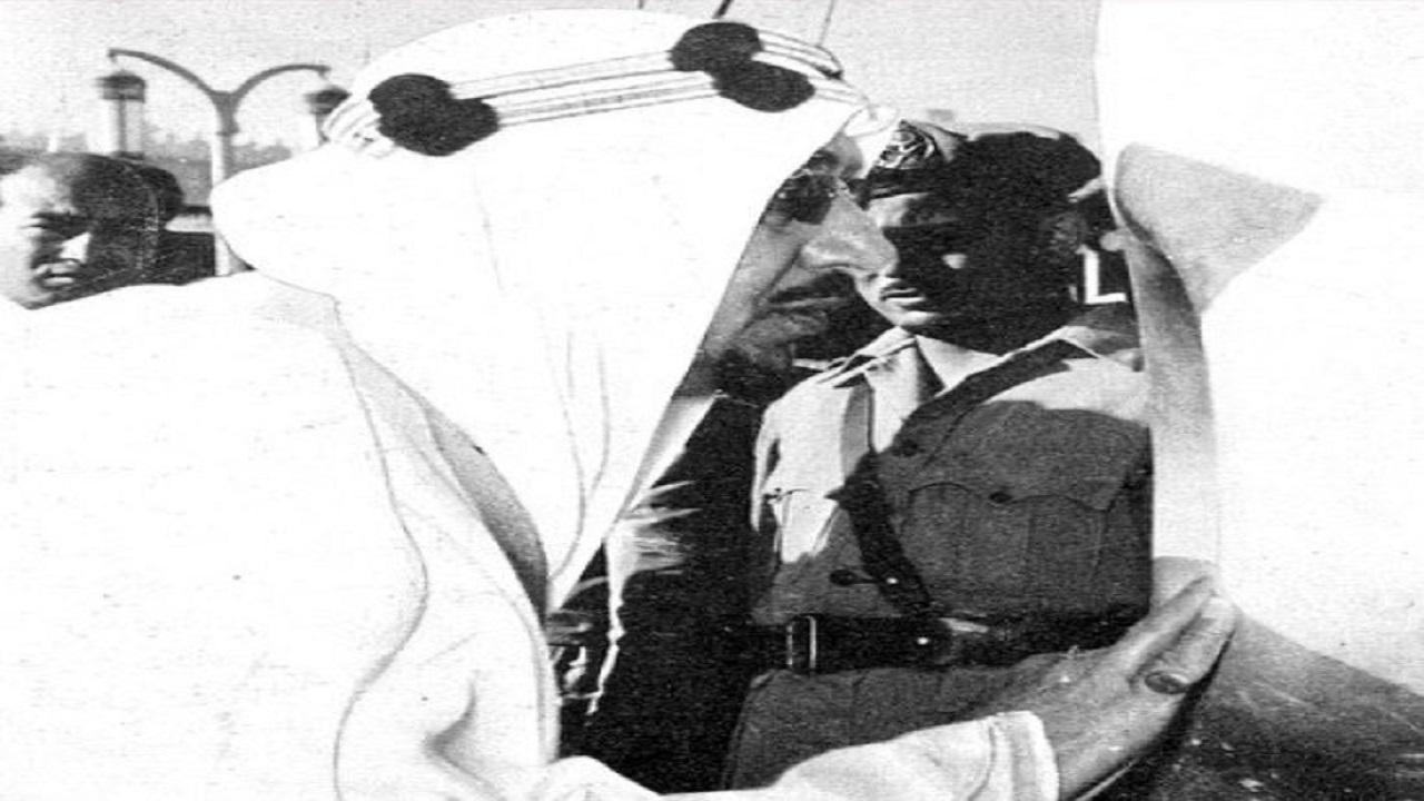 بالصور..لحظة وضع الملك سعود الإطار الفضي للحجر الأسود