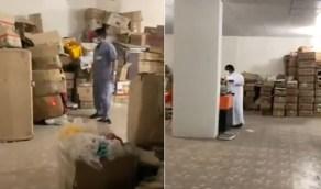 بالفيديو.. ضبط قبو سكني مخالف لتخزين الشاي والبهارات في العزيزية