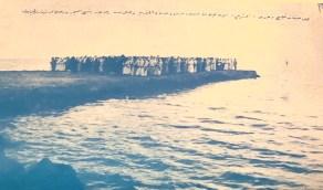 صور تاريخية للملك سعود يُصلي المغرب على خليج رضوى