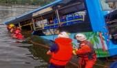 بالفيديو.. لحظة قفز سائق حافلة في الماء والكشف عن سبب تصرفه الجنوني