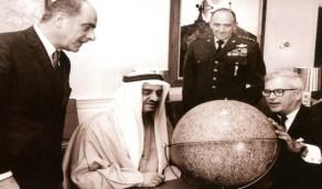 صورة نادرة للملك فهد وهو يعاين هدية قدمت له بواشنطن