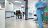 مدير مستشفى يهرب من أهل متوفِ بكورونا بالقفز من الطابق الأول