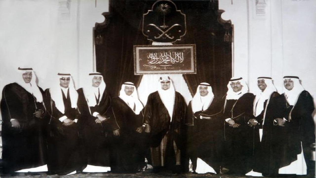 صورة نادرة تجمع الملك سعود مع أبنائه الأمراء بالديوان الملكي