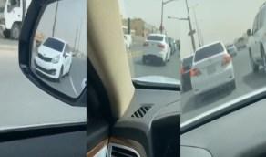 بالفيديو.. سيارات بدون لوحات تسير في شوارع الرياض