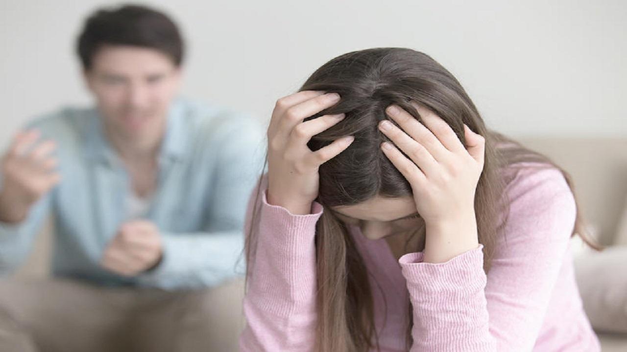 رجل يشهر بزوجته بقميص النوم عقاباً لها على طلب الطلاق !