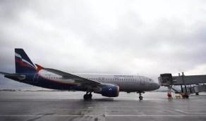 بالفيديو.. المياه تتساقط فوق رؤوس المسافرين داخل الطائرة