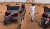 إنقاذ سيارة علقت في رمال المزاحمية (فيديو)