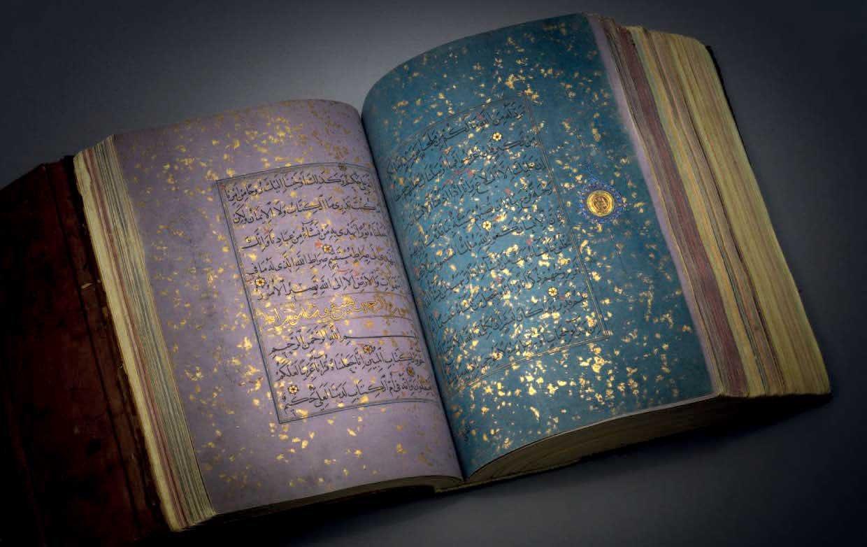 نسخة للقرآن من القرن الخامس عشر كتب على ورق ملون مطلي بالذهب