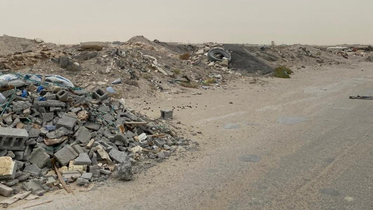 بالصور.. ضبط شاحنة ترمي الأنقاض في الأماكن الممنوعة بالدمام