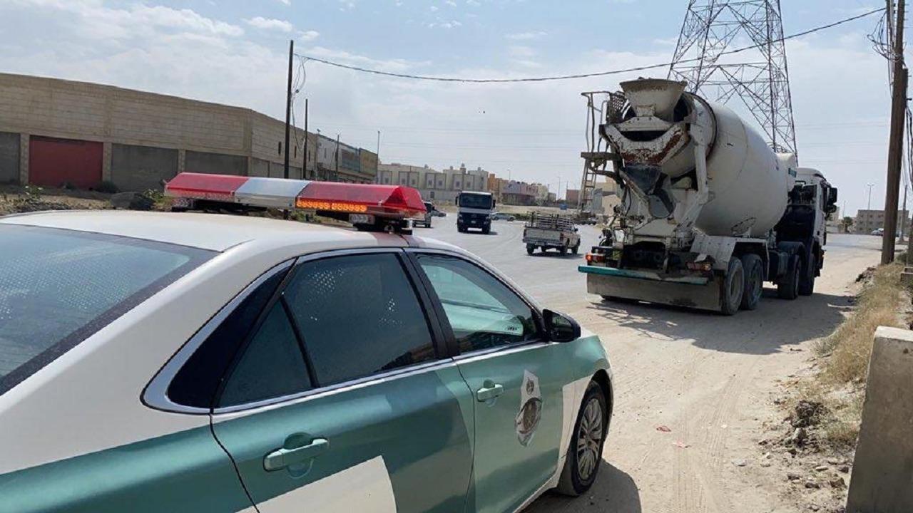 بالفيديو.. ضبط سائق لوّث الطريق بالخرسانة أثناء سيره بخميس مشيط