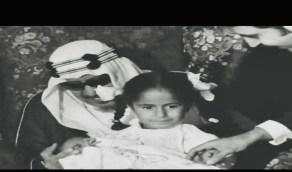 صور طريفة لاستقبال الملك سعود لأحد أحفاده حديثي الولادة