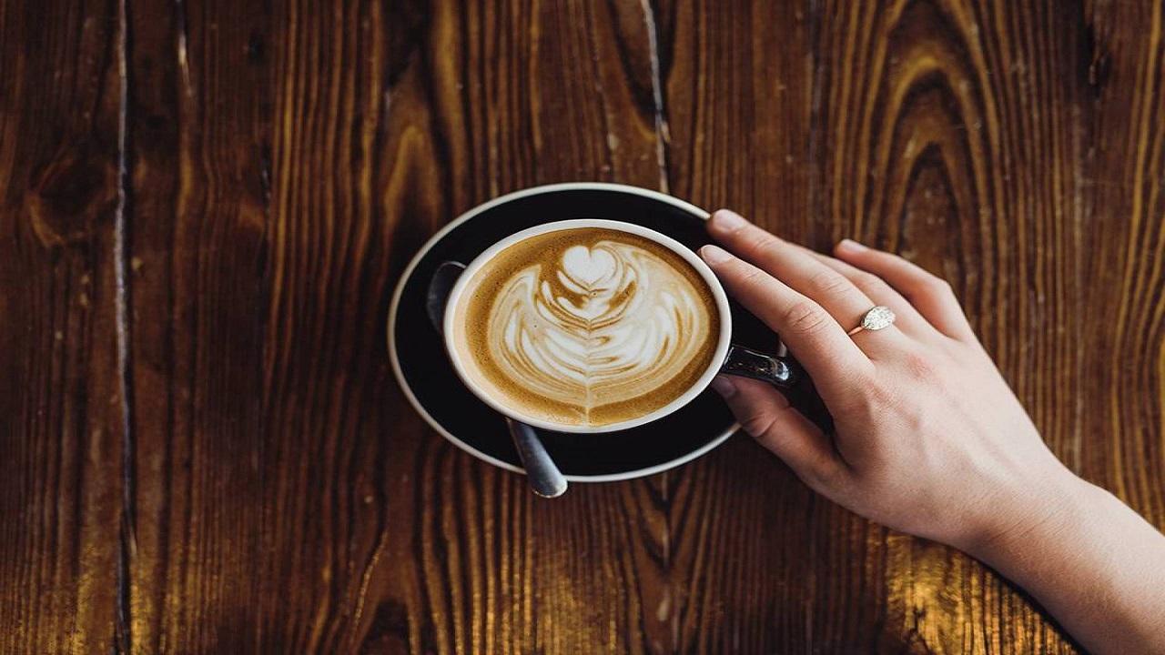 تناول القهوة يزيد التعرق صيفا