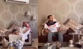 """شاهد..""""يوسف الثنيان"""" في زيارة لاعب النصر السابق """"خالد الزيلعي"""""""
