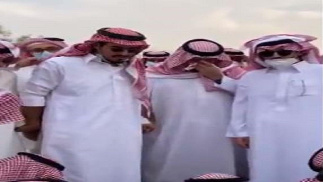الأمير عبدالعزيز بن فهد ينهار لحظة دفن صديق دربه عبدالله آل الشيخ (فيديو)