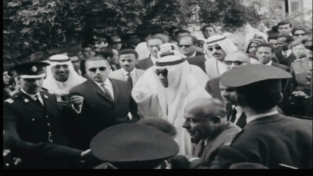 بالصور.. الملك سعود مع أبناءه يدخلون المسجد القديم في اليونان