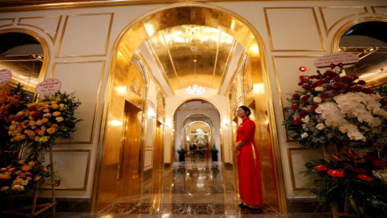 بالصور.. تدشين أول فندق مطلي بالذهب في العالم