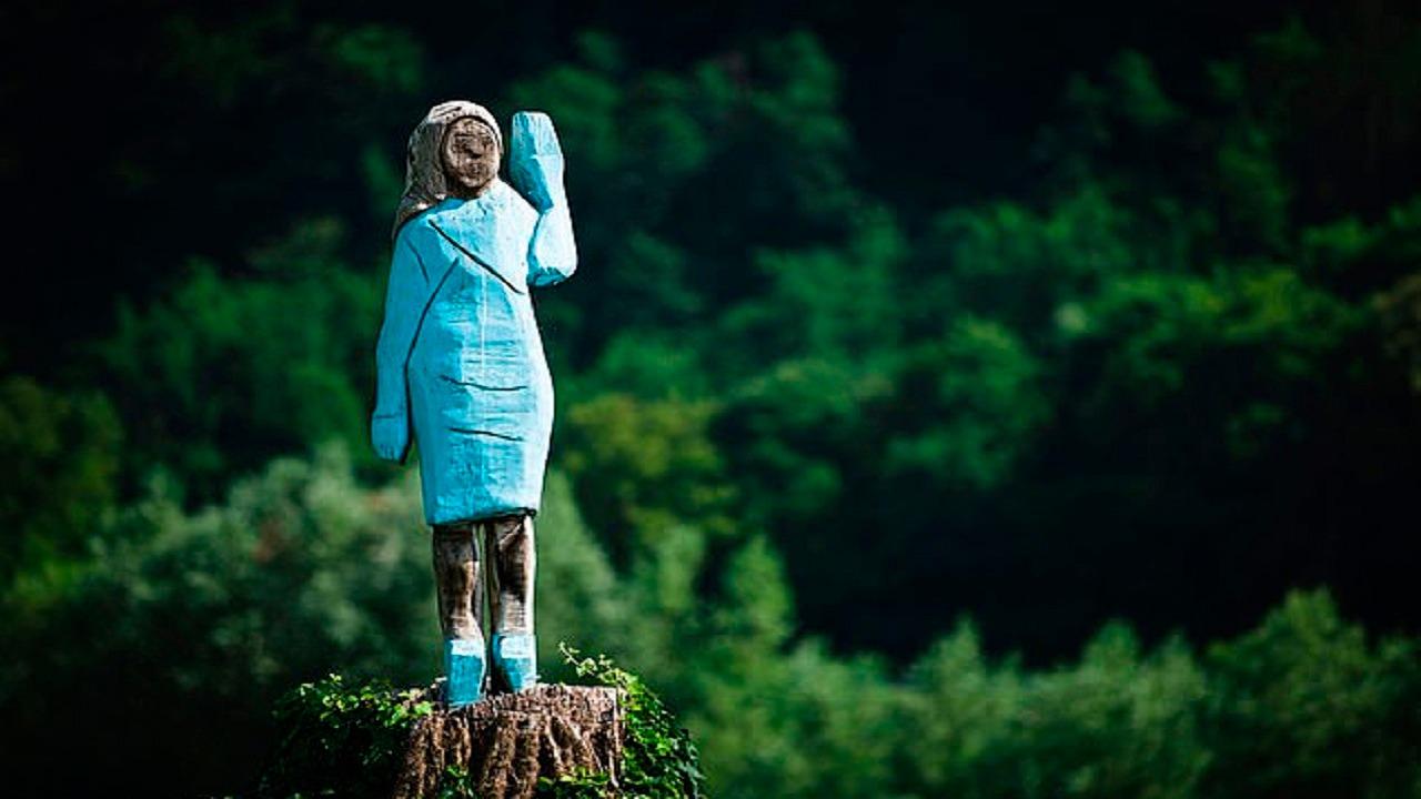 بالصور.. مجهولون يحرقون تمثال ميلانيا ترامب
