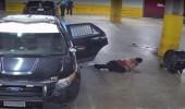 """شاهد..مشتبه به يحرر نفسه من """"الكلبشات"""" ويطلق النار على الشرطة"""