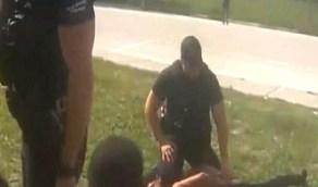 شاهد.. شرطى يجلس على عنق شاب أسود لاعتقاله أمام عائلته