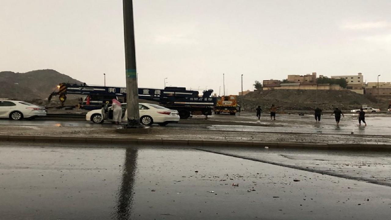 تعطل مركبتين على طريق مكة-المدينة وطريق ثول