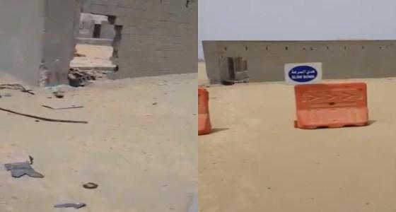 التحقيق في واقعة فقد مواطن لابنته وزوجته بسبب جدار وسط الطريق