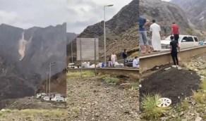 بالفيديو.. إغلاق عقبة شعار بسبب الانهيارات الصخرية