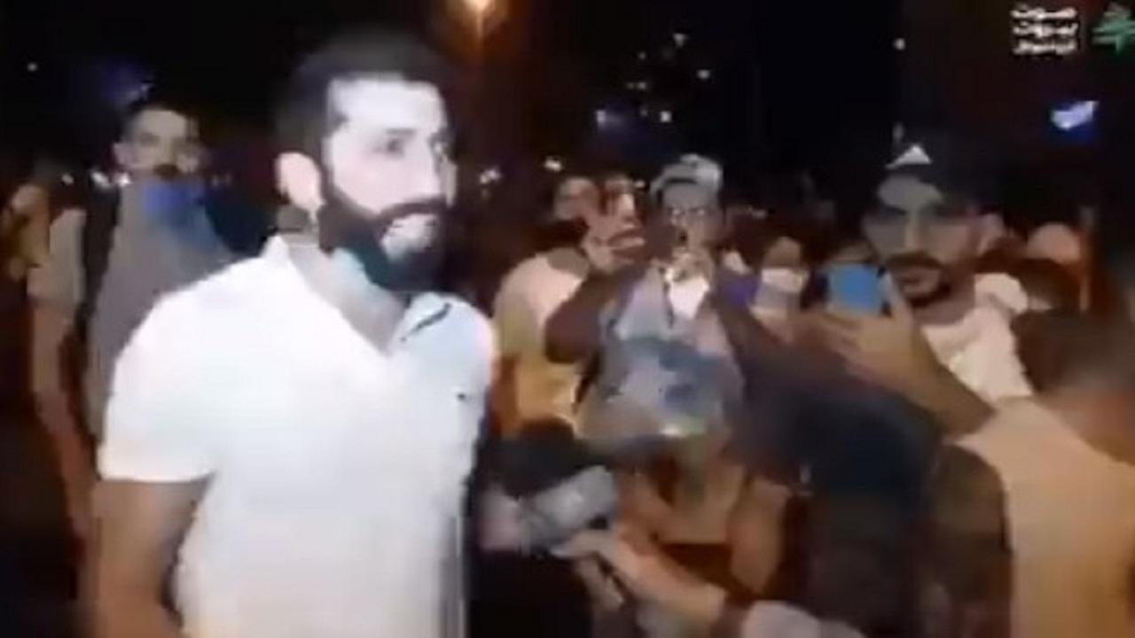 شاهد.. رسالة غاضبة من شاب لبناني للشرطة: «أنتم خايفين من حزب الله»